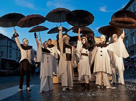 Театральная группа с зонтиками