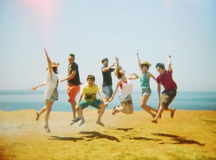 Молодежь в прыжке