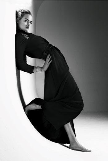 Платье из шелка с вышивкой на плечах, Gucci; ремень, Louis Vuitton; браслет, Chanel