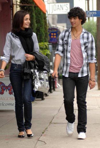 Камилла и Джо на прогулке