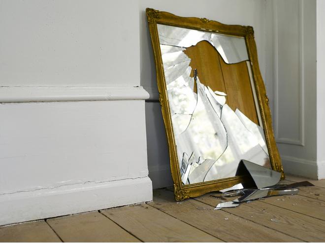 Что делать, если разбилось зеркало в доме