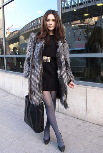 Образ этой жительницы столицы Франции выполнен в двух цветах – благородном сером и угольном. Маленькое черное платье, ремень с крупной металлической бляшкой, чулки в тон шубе – аристократично!