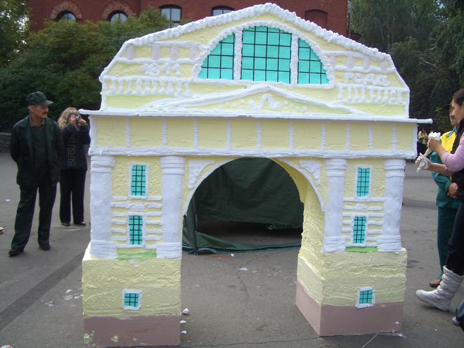 в Иркутске испекли самый большой торт-памятник
