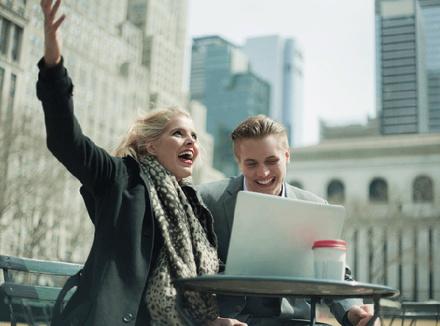 Пара молодых людей за компьютером