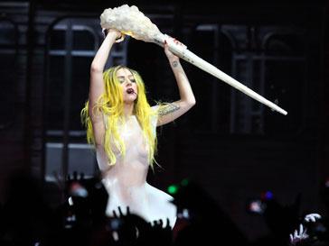 Леди ГаГа (Lady GaGa) прилетела на благотворительный концерт в Токио