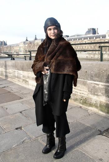 Парижанки очень трепетно относятся к черному цвету, выбирают сложные сочетания, например, угольно-черный и шоколадный. Необычная кожаная шапка придает образу футуристичности, а меховая горжетка – романтики.
