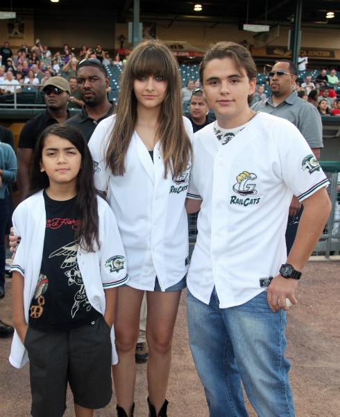 Принц II с сестрой Пэрис и братом Принцем I в 2012 году
