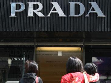 Азиаты у витрины бутика Prada