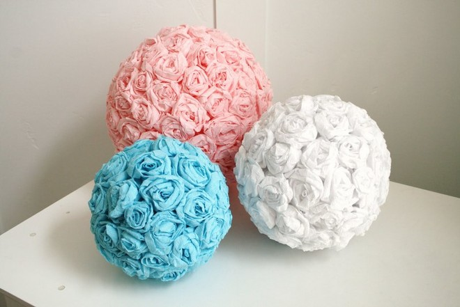 Для создания таких шаров понадобятся цветочные заготовки и поролоновые шары.