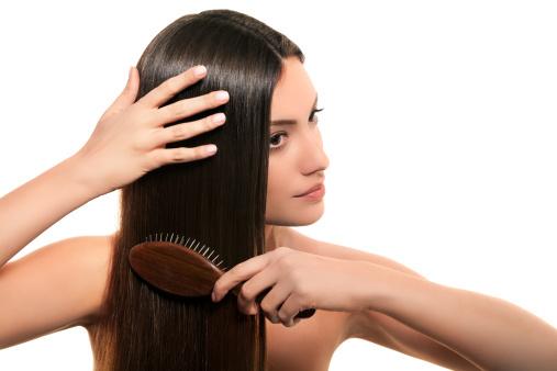 За длинными волосами нужно регулярно ухаживать, чтобы предотвратить появление посеченных кончиков