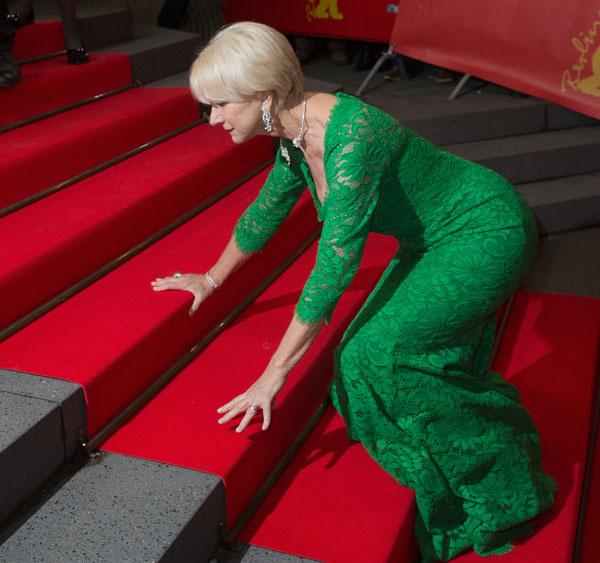 Хелен Миррен упала в платье от Dolce & Gabbana