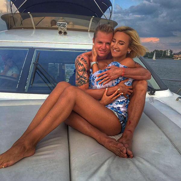 Найди 10 отличий: мы сравнили поздравления Тарасова жене и Бузовой