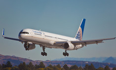 Пассажир пытался «сойти» с летящего самолета