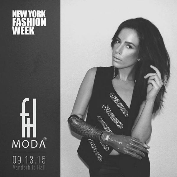 Модель с протезом руки Ребека Марин на нью-йоркской неделе моды