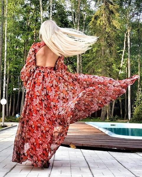 Дарья Пынзарь в платье с открытой спиной