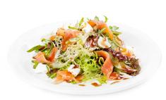 Рецепт салата с красной рыбой и помидорами