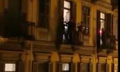 Видео про итальянцев, поющих Рианну на балконах, оказалось фейком. Но оригинал еще смешнее