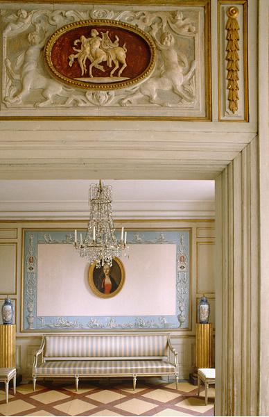 Интерьер малой гости-ной помещичьего дома в усадьбе Скогахольм, построенного в 1680-е годы. В XX веке здание было разобрано и перевезено в Скансен — стокгольм-ский этнографический и архитектурный музей под открытым небом. Сегодня дом доступен для посещения.