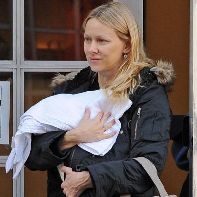 Наоми Уоттс выходит из дома с сыном на руках