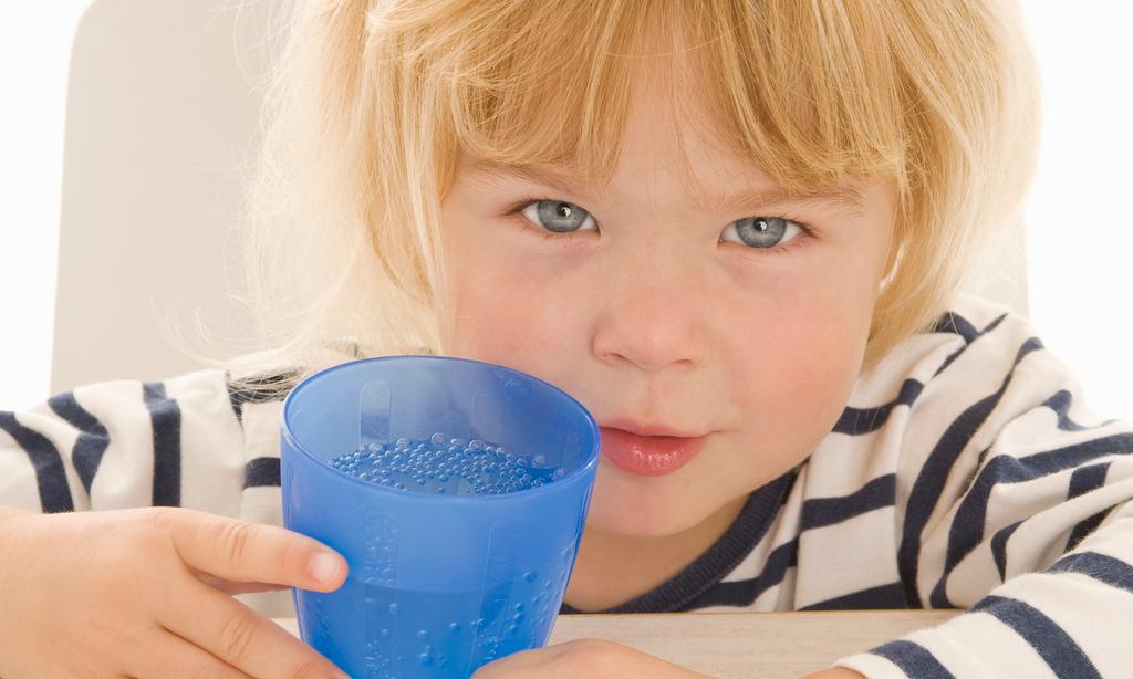 8 причин, почему нужно научить ребенка пить воду