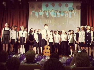 Сын Тины Канделаки Леонтий выступил на школьном концерте