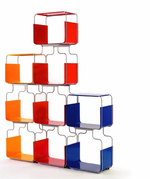 Оригинальный по форме и композиции стеллаж можно получить, даже используя почти одинаковые модули. Стеллаж из элементов D-light от Domestik, Италия