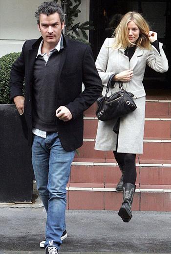 Сиенна и Бальтазар выходят из ресторана после ланча