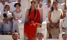 Женщина в красном: 10 эффектных алых платьев в кино
