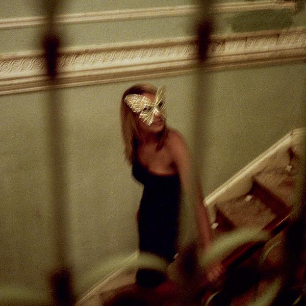 Раз в месяц Эмма устраивает ночные party, куда нужно приходить в вечернем и строго в масках