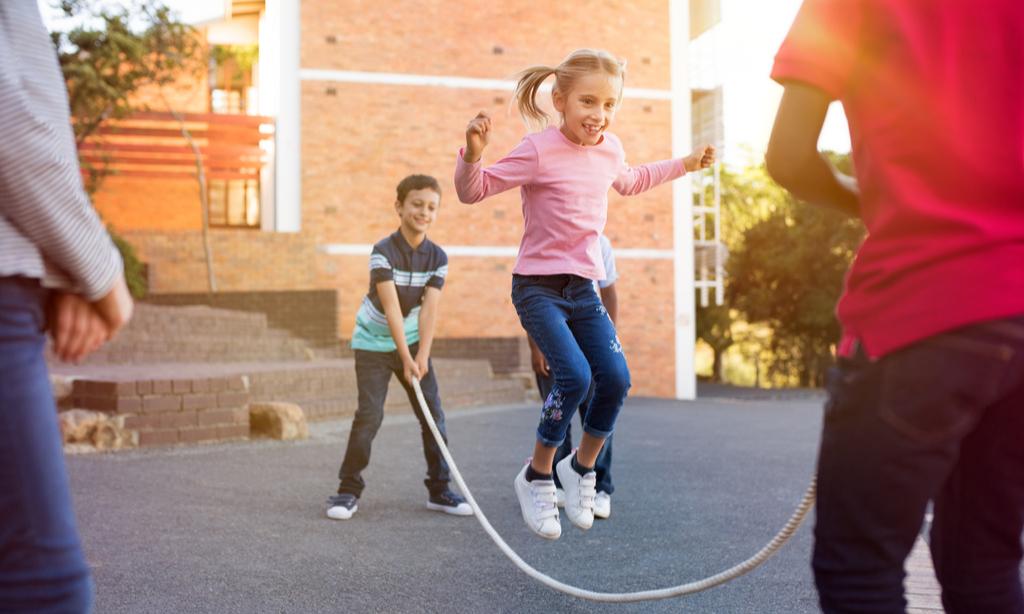 Ребенку трудно влиться в коллектив— что делать?