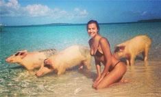 Ирина Шейк купается со свиньями