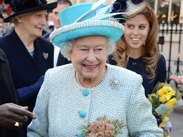 Елизавета II (Elizabeth II) ведет тщательный учет всех своих нарядов