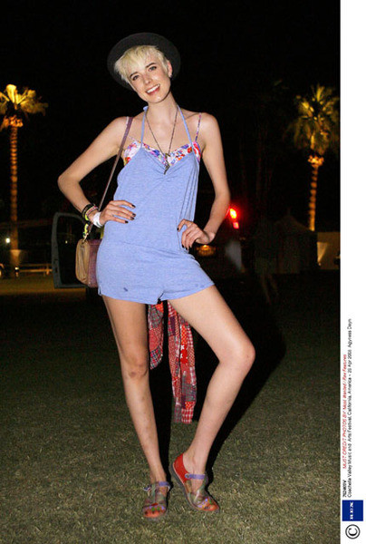 Агнесс Дейн - вполощение летнего стиля. Комбинезон жизнерадостного оттенка в сочетании с яркими аксессуарами, обувью и улыбкой модели выглядит бесподобно.Вот только синяки на ногах стоит немного залечить.
