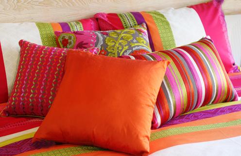 Самый легкий способ освежить интерьер – сменить текстиль. Повесьте новые занавески на окнах, на кровать накиньте мягкий плед и положите яркие подушки.