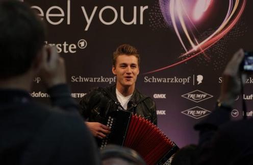 Алексей Воробьев сыграл журналистам на аккордеоне.
