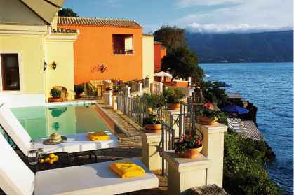 Каждая вилла отеля Corfu Imperial имеет свой бассейн и спуск к каменистому пляжу.
