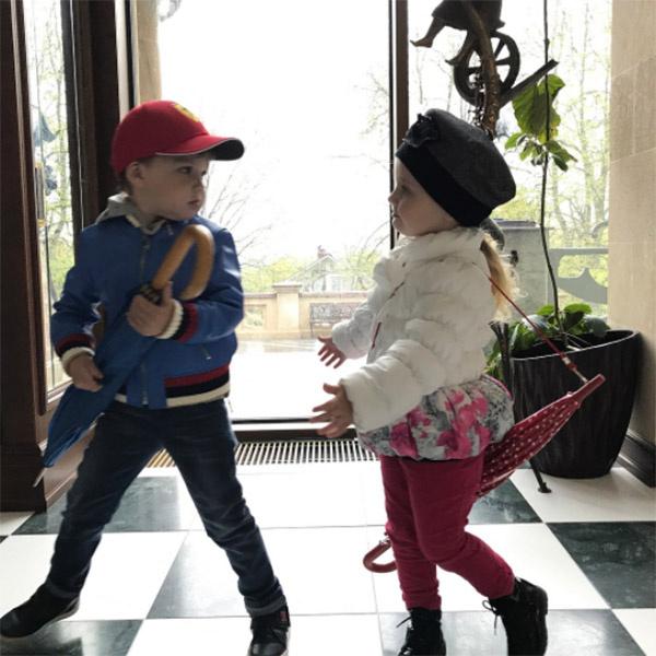 Максим Галкин показал новое фото своих детей Гарри и Лизы с зонтиками