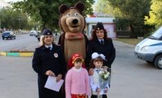 В Орске Маша и Медведь переводили детей через дорогу