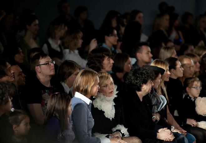 Попасть на Российскую Неделю моды – не значит пройти на показ любого дизайнера. Иногда двери закрываются перед носом у желающих взглянуть на новинки сезона. Но для людей с первых рядом, никаких сложностей быть не может. Среди них можно встретить коллег дизайнера, редакторов моды и просто постоянных клиентов.