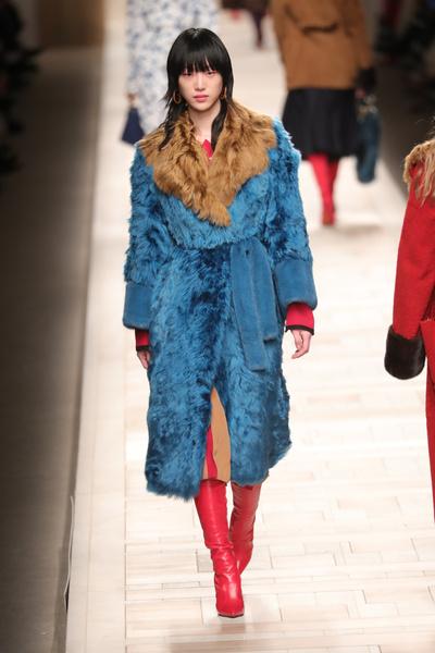 Кендалл Дженнер и сестры Хадид на показе Fendi в Милане   галерея [1] фото [19]