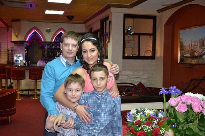 Эльвира Саяхова с семьей