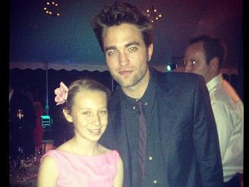 Роберт Паттинсон (Robert Pattinson) с поклонницей