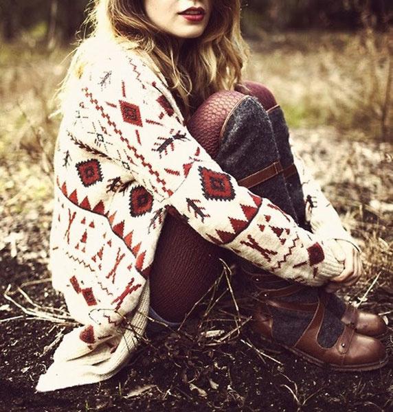 Теплый свитер яркой расцветки и необычного дизайна поможет создать стильный образ!