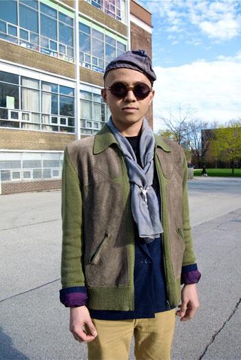 Приглядитесь: фиолетовые лацканы синего пиджака, куртка цветов весеннего поля, нежный голубой шарф – блогера Face Hunter впечатлили эксперименты этого канадца с оттенками.