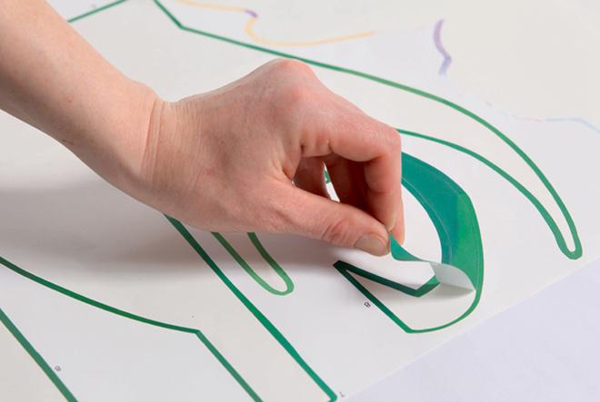 В качестве основного элемента декорирования комода используют наклейку. Составляющие ееэлементы снимают с подложки в нужной последовательности и приклеивают ккомоду.
