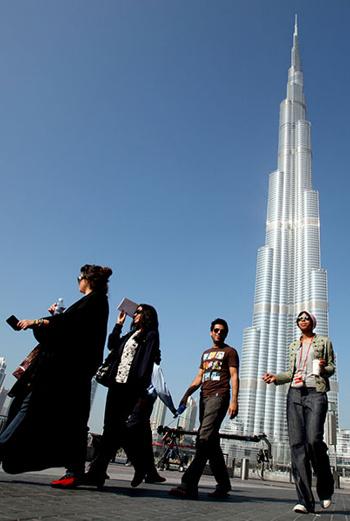 Громадный небоскреб высотой 828 метров напоминает по форме сталагмит, который упирается шпилем прямо в небо.