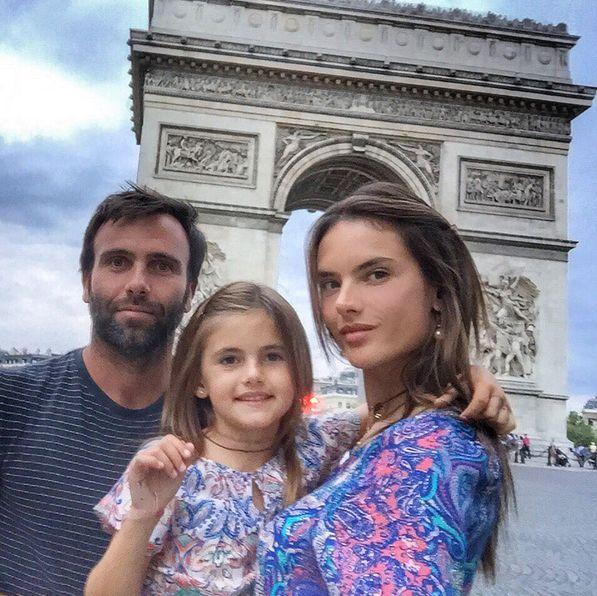 Алессандра Амбросио с мужем Джейми Мазуром и дочкой
