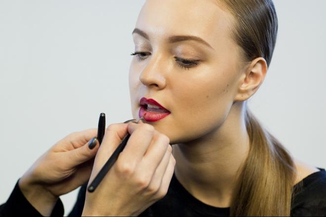 Как накрасить губы красной помадой