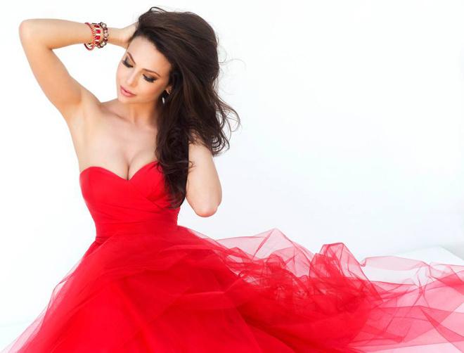 Юлия Алипова в красном открытом платье