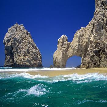Морской курорт Кабо-Сан-Лукас известен своей природной аркой на границе Калифорнийского залива.